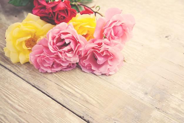 Rosas en la mesa