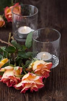 Rosas naranjas con vela de rayo