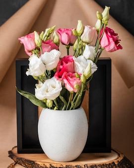 Rosas de primavera vista frontal en arreglo de jarrón