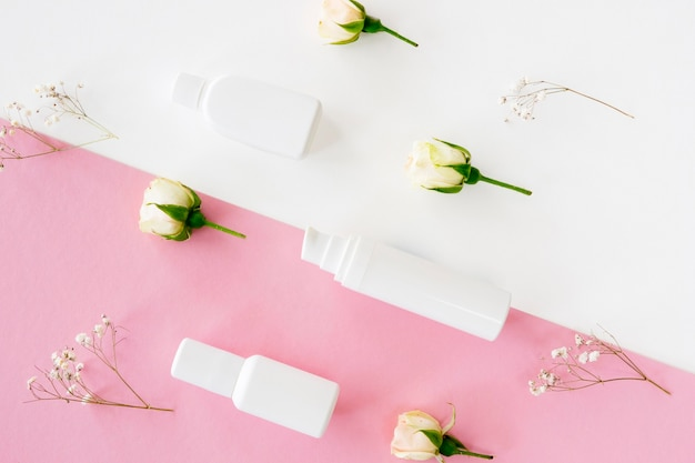 Rosas y productos de maquillaje