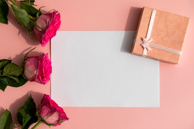 Rosas y regalo con espacio de maqueta.