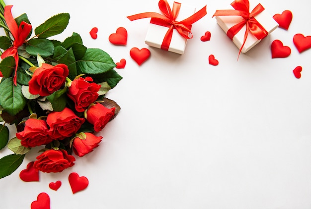 Rosas rojas y cajas de regalo