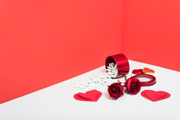 Rosas rojas con corazones de papel.