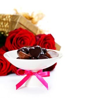 Rosas rojas y corazones para san valentín