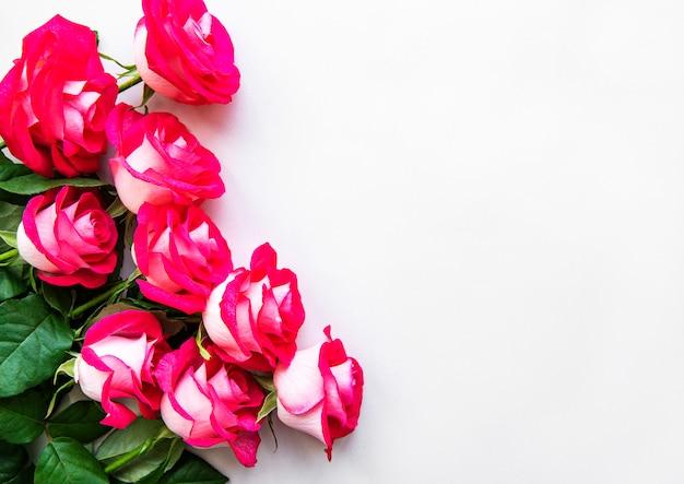 Rosas rojas con hojas
