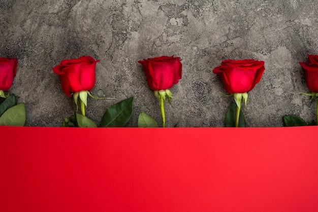 Rosas rojas y papel rojo