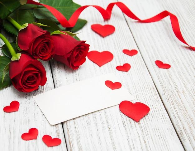 Rosas rojas y tarjeta de felicitación.