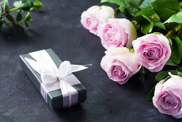 Rosas rosadas y una caja de regalo