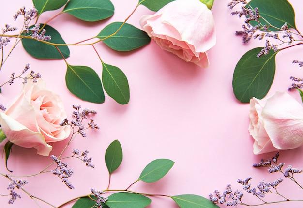 Rosas rosadas y eucalipto como borde