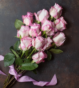 Rosas rosadas en la mesa