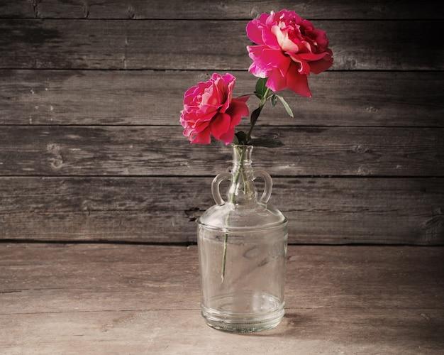 Rosas sobre fondo de madera