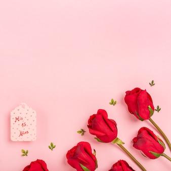 Rosas sobre fondo rosa con espacio de copia