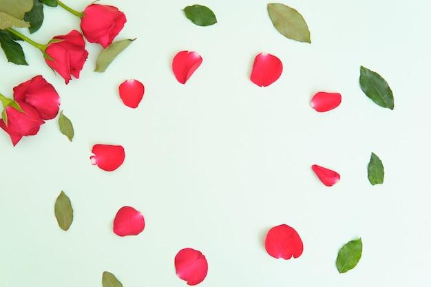 Rosas sobre fondo verde