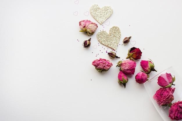 Rosas en un vaso sobre un fondo blanco