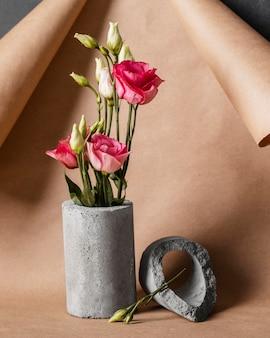 Rosas de vista frontal en arreglo de jarrón