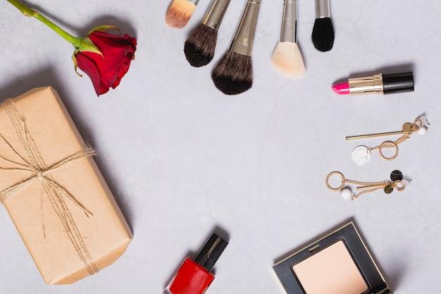 Rose y paquete cerca de los suministros de belleza