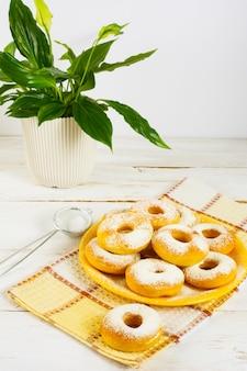 Rosquillas caseras con azúcar en polvo
