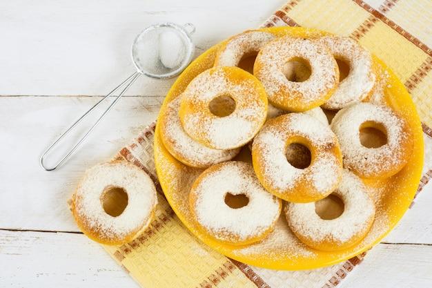 Rosquillas caseras en placa amarilla