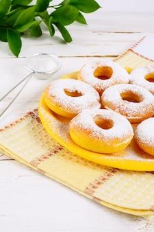 Rosquillas dulces con azúcar en polvo