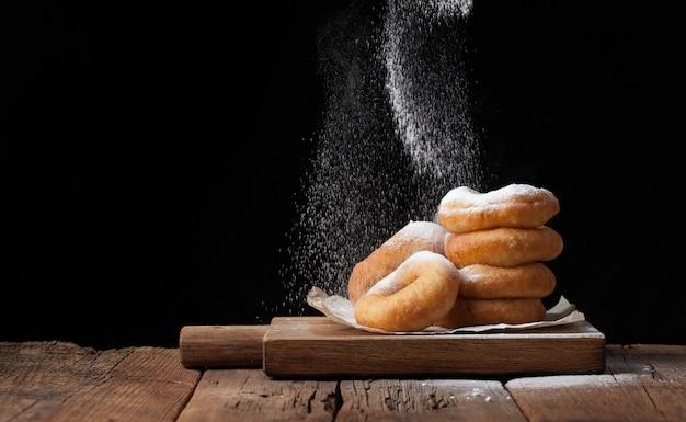 Rosquillas dulces con azúcar en polvo.