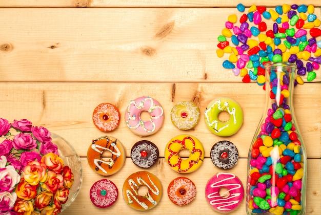Rosquillas dulces y gominolas coloridas en una botella