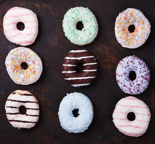 Rosquillas en esmaltes de colores. pasteles, postre.
