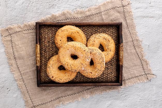Rosquillas de pan de panadería en una cesta con tela de arpillera