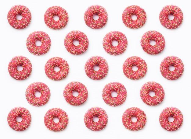 Rosquillas rosadas de collage en esmalte sobre fondo blanco