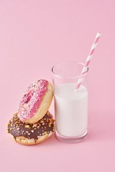 Rosquillas con vaso de leche en rosa