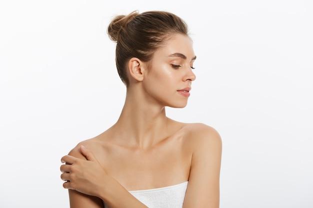 Rostro de belleza de mujer joven. concepto de cuidado de la piel. closeup retrato aislado en blanco