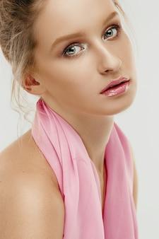 Rostro de belleza de mujer joven modelo con ojos y labios brillantes