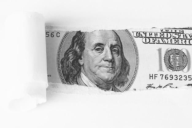 El rostro de benjamin franklin en un billete de cien dólares