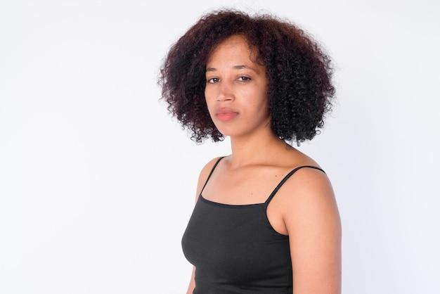 Rostro de joven hermosa mujer africana con cabello afro