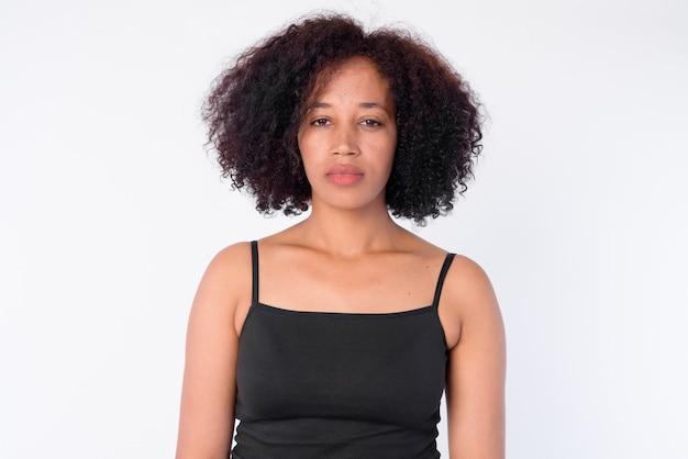 Rostro de joven hermosa mujer africana mirando a la cámara