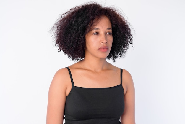 Rostro de joven hermosa mujer africana pensando