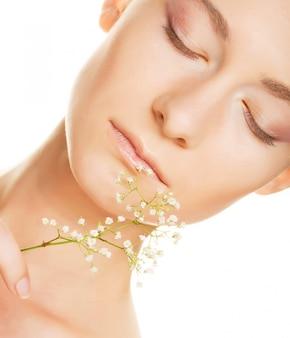 Rostro de mujer con flores blancas