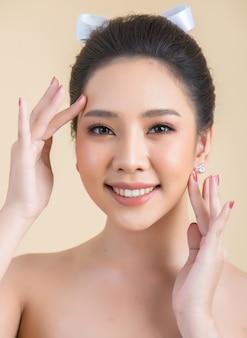 Rostro de mujer hermosa con maquillaje