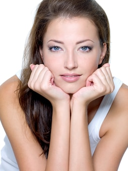 Rostro de una mujer joven hermosa sexy con piel limpia aislada en blanco