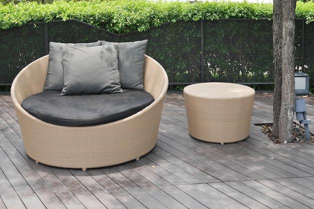 Rota artificial al aire libre sobre suelo de madera.