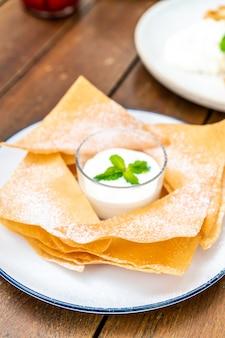 Roti crujiente con leche y salsa de chocolate blanco