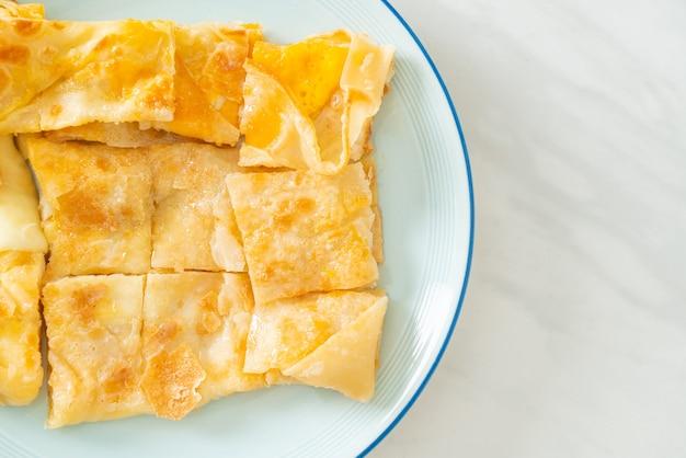 Roti frito con huevo y leche condensada azucarada