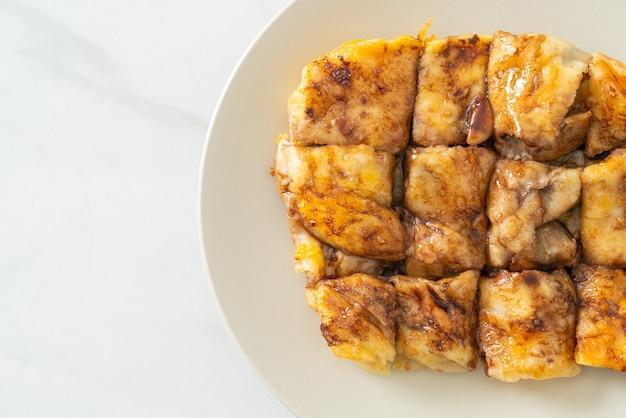 Roti frito con huevo, plátano y chocolate