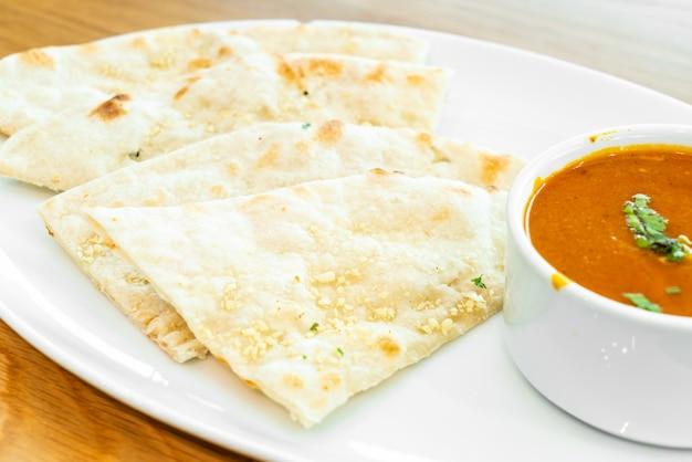 Roti con sopa de pollo al curry