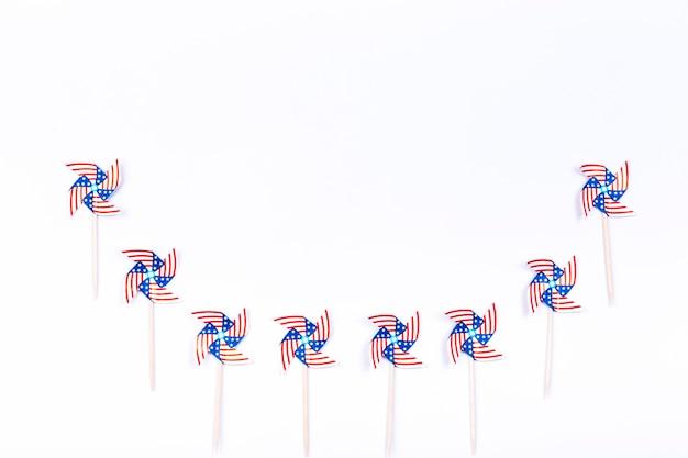Rotores de viento con símbolo de bandera americana colocados en fila semicircular.