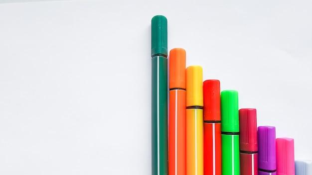 Rotuladores multicolores aislados. arte, creatividad, hoja de papel. juego básico de rotuladores de colores. concepto de hobby. posibilidades de tiempo libre para quedarse en casa. lección de pintura. copiar