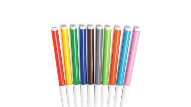 Rotuladores multicolores en el espacio en blanco.
