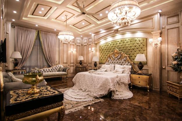 Royal luxury bedroom white con cama