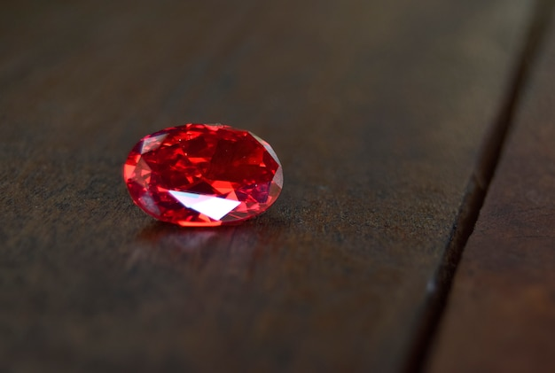 Rubí es una gema roja hermosa por naturaleza para hacer joyas caras
