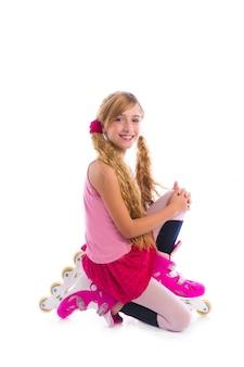 Rubia coletas patinaje niña en sus rodillas feliz