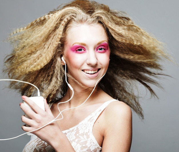 Rubia feliz con maquillaje rosa